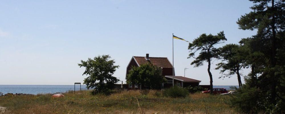 Kleines rotes Holzhaus mitten in Südschweden