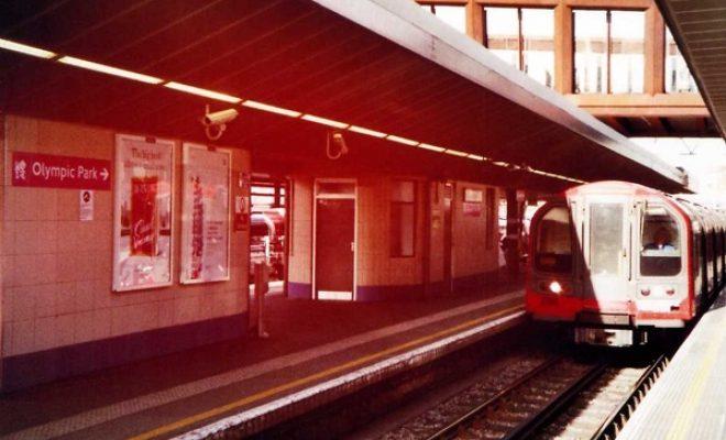 Londoner Tube fährt in den Bahnhof ein