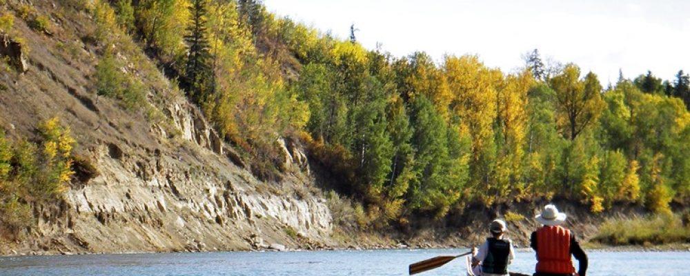 Zwei Paddler auf dem Saskatchewan River in Kanada