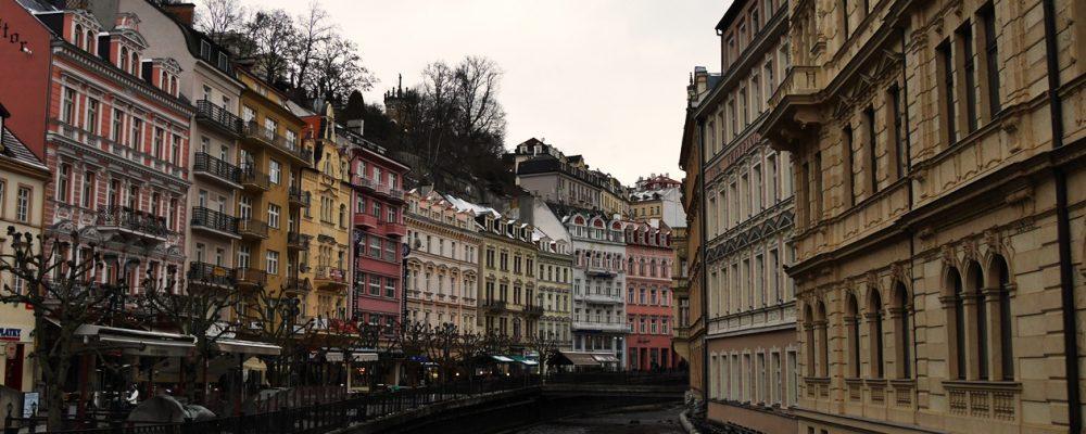 Im Winter in Karlsbad sind die Häuser mit Puderzuckerschnee überzogen